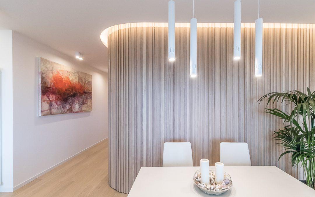 Parete in legno che arreda, separa e caratterizza un ambiente di design; scopri il progetto!